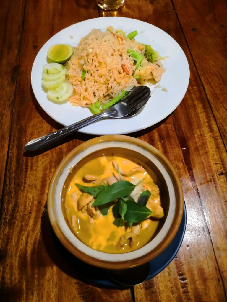 Panang curry et riz sauté, un must to eat au Mayow Restaurant de Koh Mook